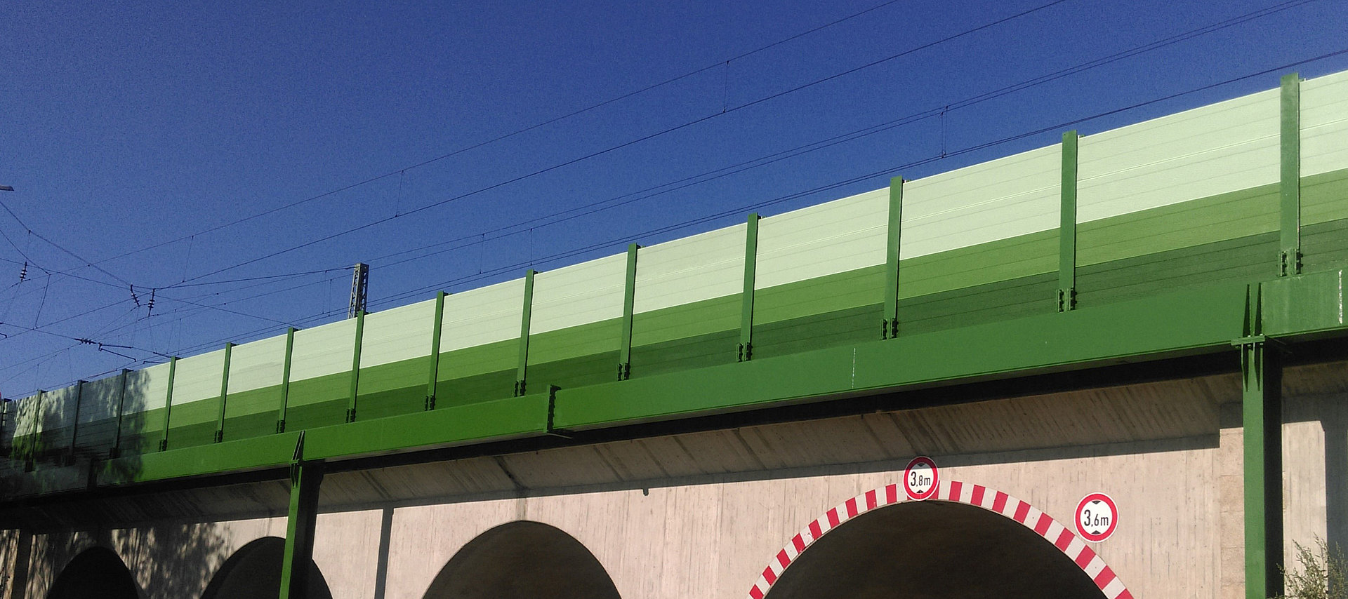 Noise protection barrier on a railroad line with steel structural components by Rädlinger